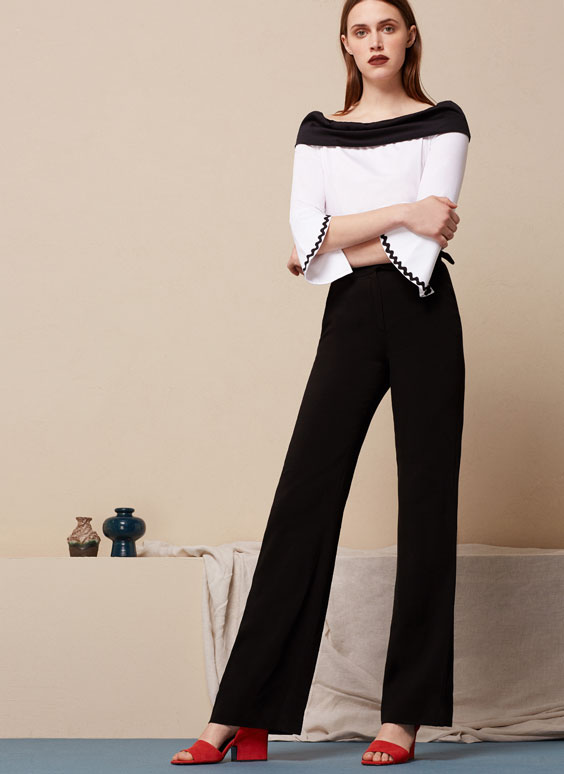 Off-the-shoulder T-shirt with contrasting collar