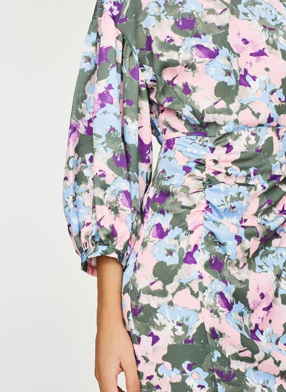 Gėlėta suknelė su rauktomis detalėmis