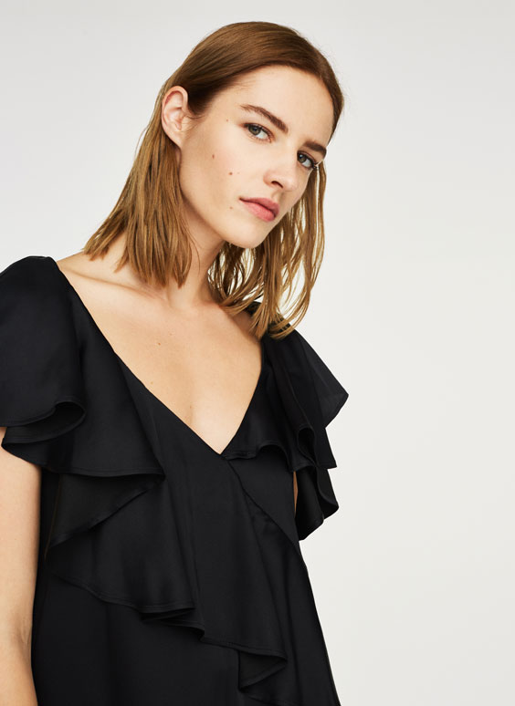 Loose-fitting blouse with ruffles