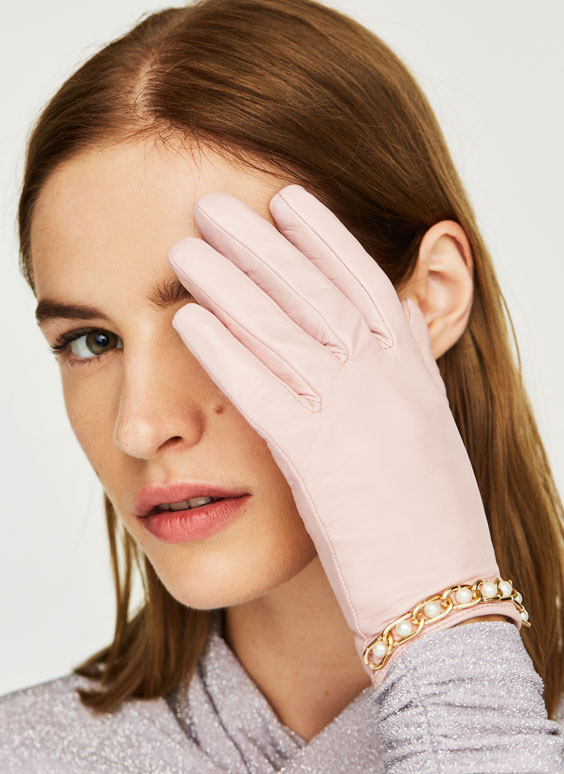 Lady's gloves with pearls and golden chain