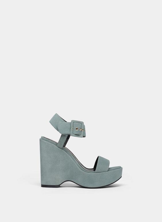 Zamszowe buty na koturnie ze sprzączką