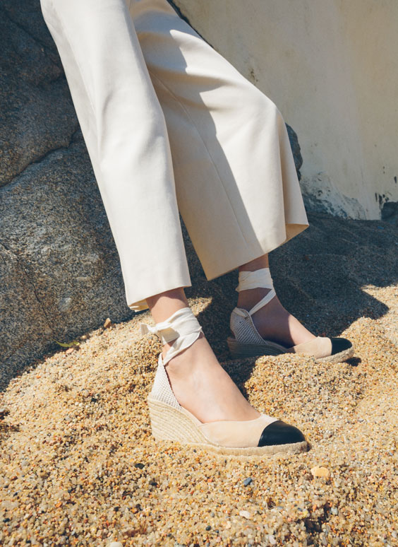 Beige leather wedges with contrasting toe