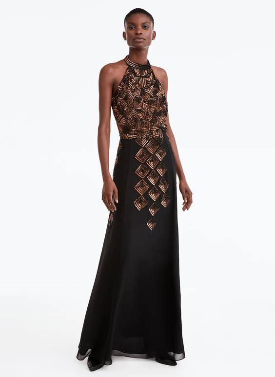 Ilga siuvinėta suknelė