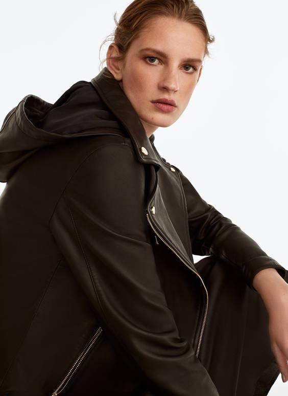 Кожаная куртка в байкерском стиле с капюшоном