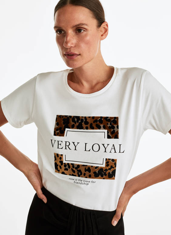 T-shirt with leopard print frame design
