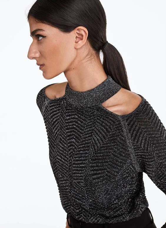 Žakardo megztinis atvirais pečiais