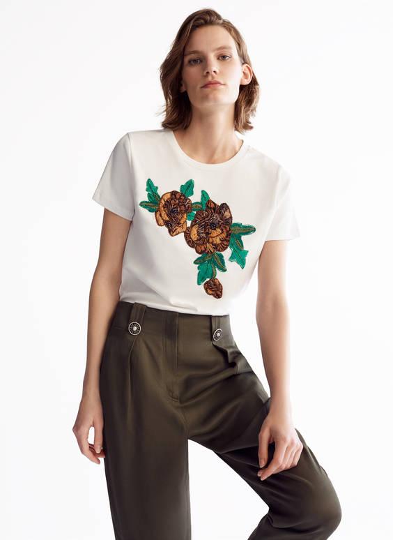 Marškinėliai su siuvinėta gėle