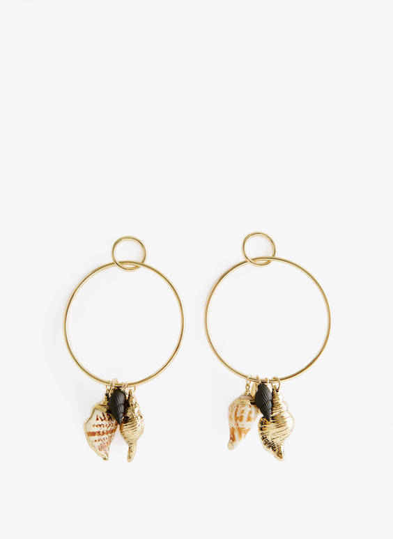 Hoop earrings with seashells