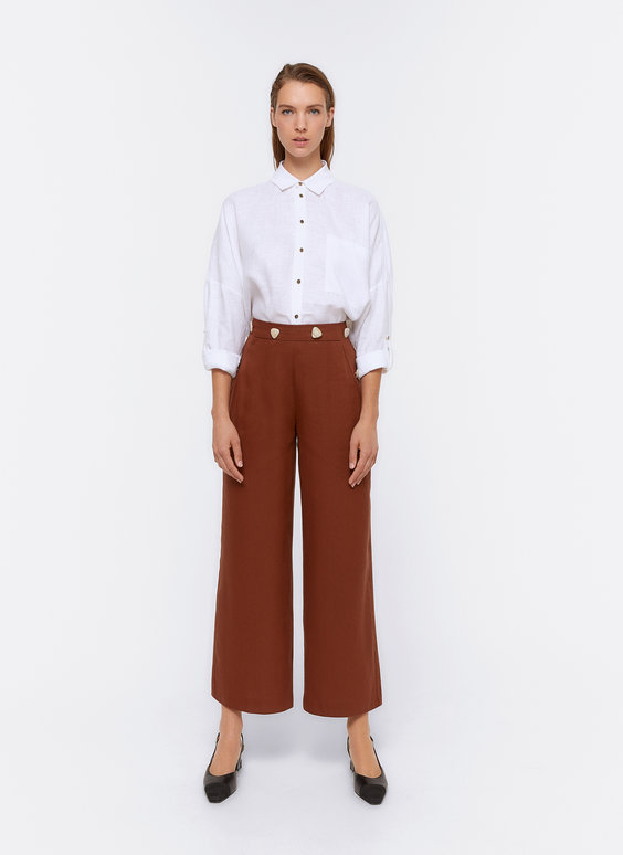 Trousers with contrast buttons