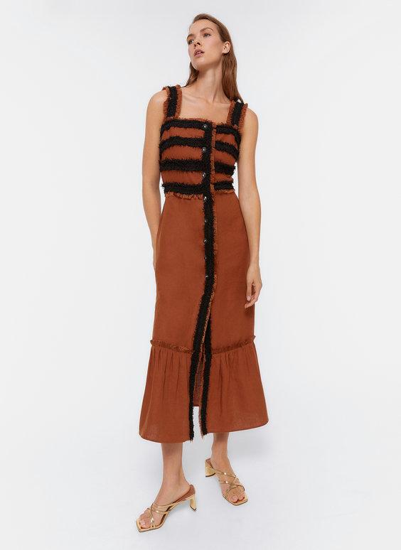 Kleid mit ausgefallenem Knopf