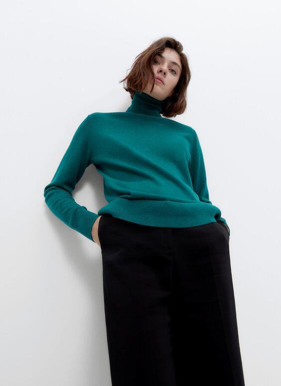 Базовый свитер с высоким воротником