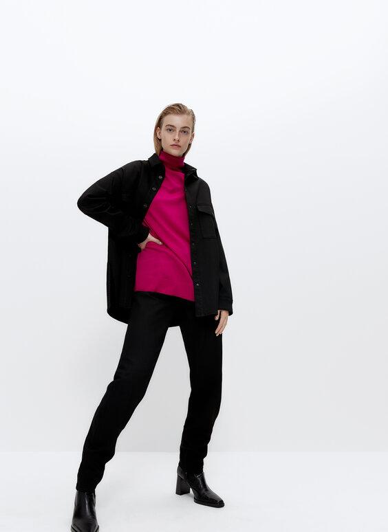 Vienkāršs džemperis ar augstu apkakli