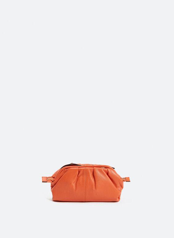 Skórzana mini torebka z ozdobnym marszczeniem