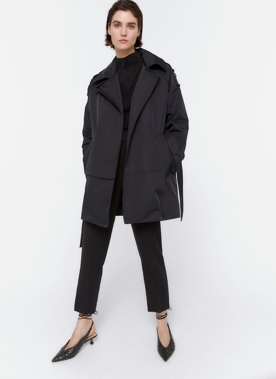 Trench coat with detachable collar