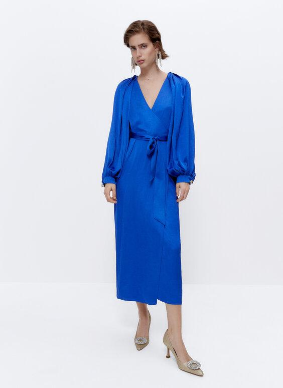 Sukienka z lejącej tkaniny z bufiastymi rękawami