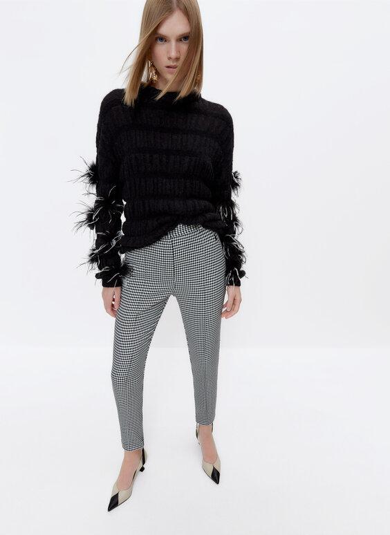 Трикотажный свитер с отделкой перьями
