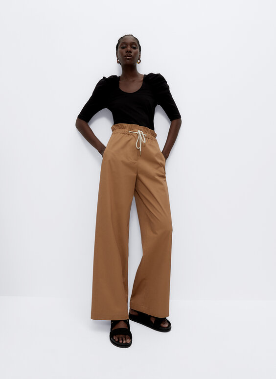 T-shirt with a neckline and puff sleeves