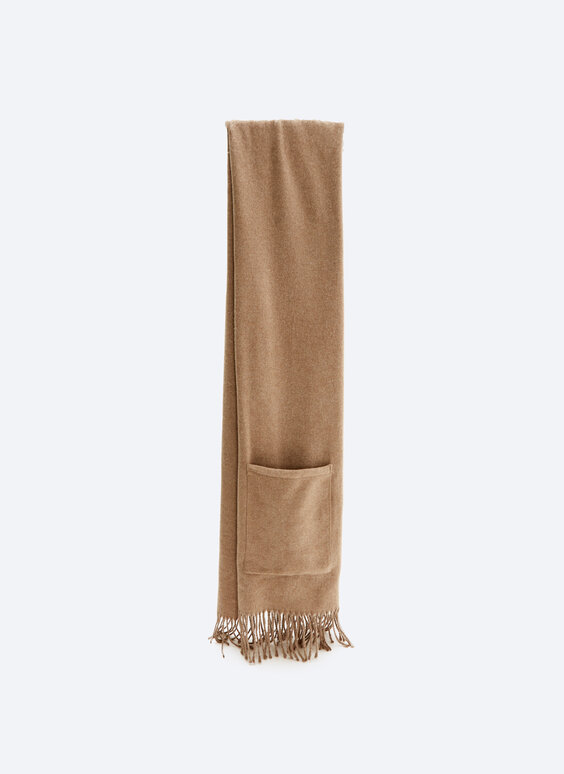 Flowing scarf with pocket