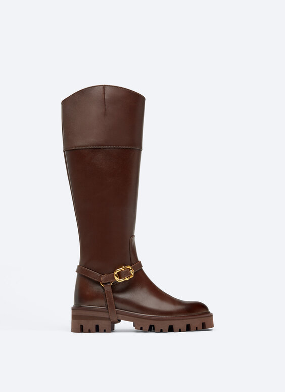 Flat riding boots with track sole