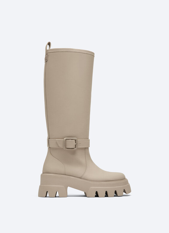 Rubberised flat boots with detachable buckle