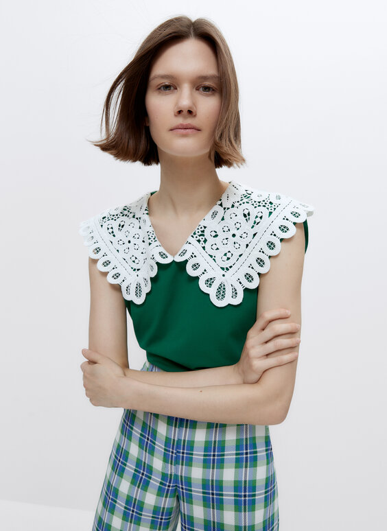 T-shirt with lace trim collar